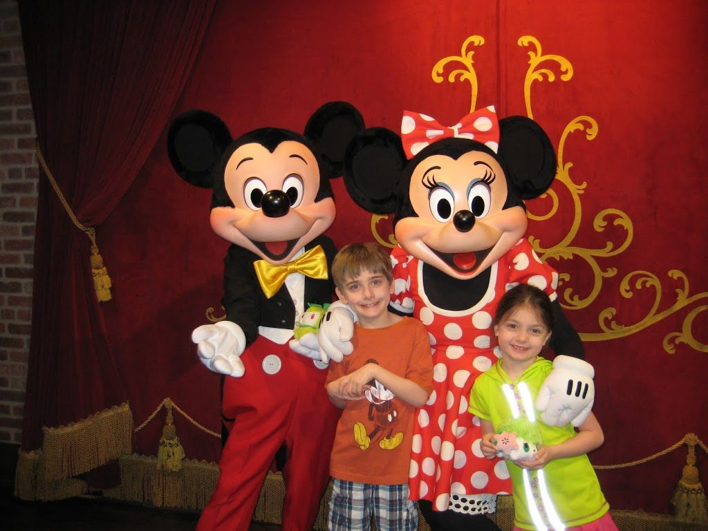 Top 10 tips for introducing children to character meet greets 2 dont force your child to meet the characters m4hsunfo